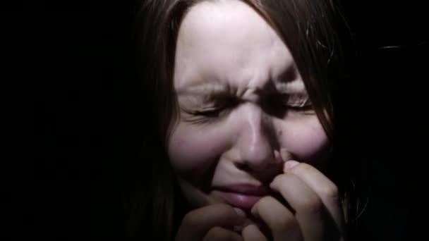 Nešťastný smutný dospívající dívka. Domácí násilí a zneužívání koncept. 4k Uhd