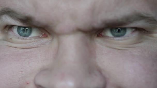 Zblízka mužské hlavy a očí. 4k Uhd.