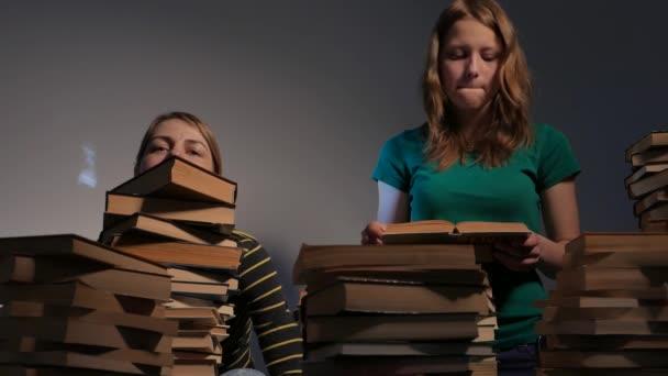 Dvě dívky, matky a její dospívající dceru nebo dvě sestry jsou čtení knih a Bavíte se s knihami. 4k Uhd.