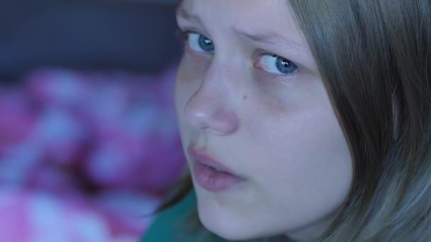 Depresi dospívající dívka osamělý pláč. 4k Uhd.