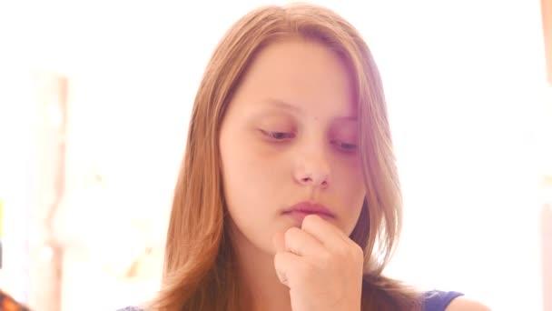 unglücklich trauriges Teenager-Mädchen. 4k uhd.