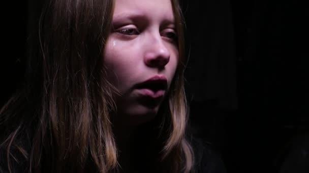 pláč dospívající dívka