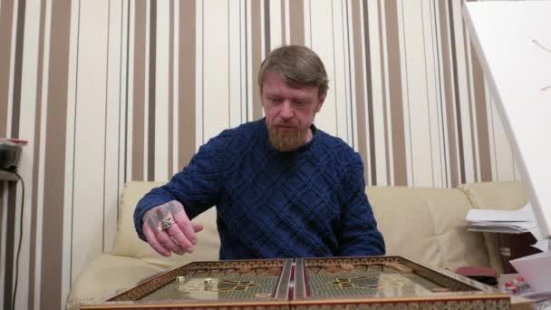 Člověk hraje backgammon