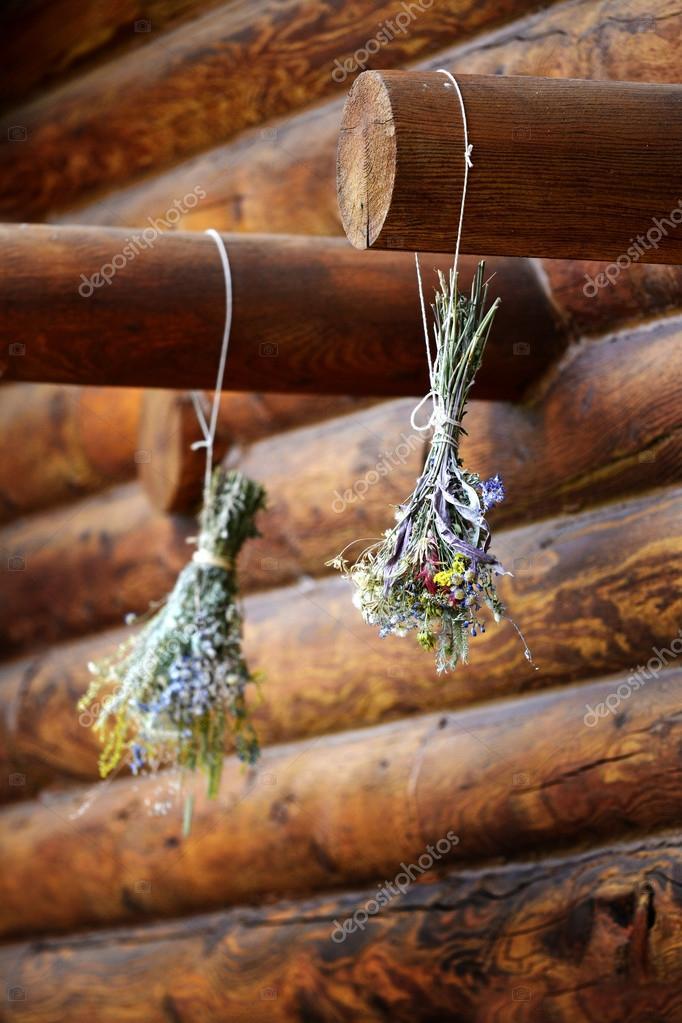 Blumen Brautstrauss Blumen Trocknen Auf Balken Der Blockhutte