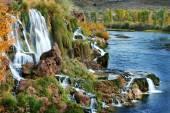 Podzimní vodopád s pomerančové listí