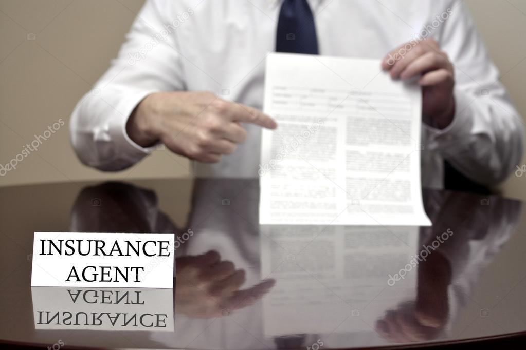 Versicherungsagent leeren Vertrag halten — Stockfoto © eric1513 ...