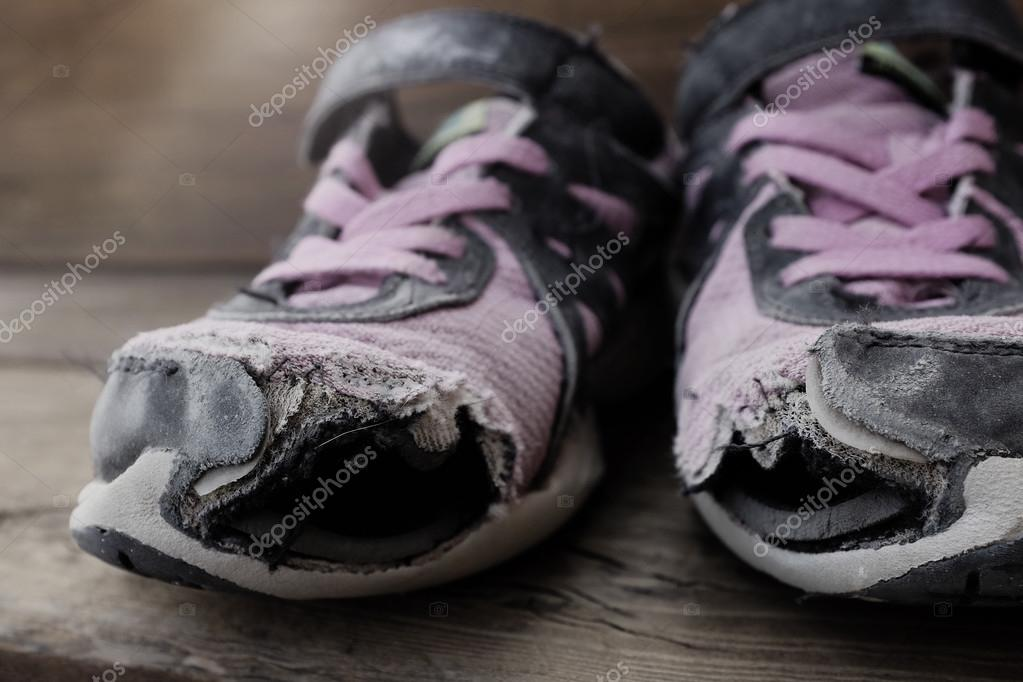 Agujeros Con Cutre Viejos Hogar De Ropa Cordones Zapatos Usado nXOk8w0P