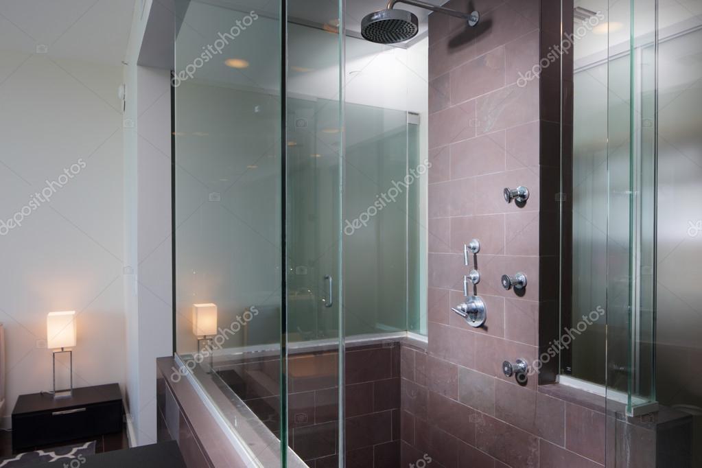 Douche In Slaapkamer : Modern douche grenzend aan slaapkamer u2014 stockfoto © felixtm #70623355