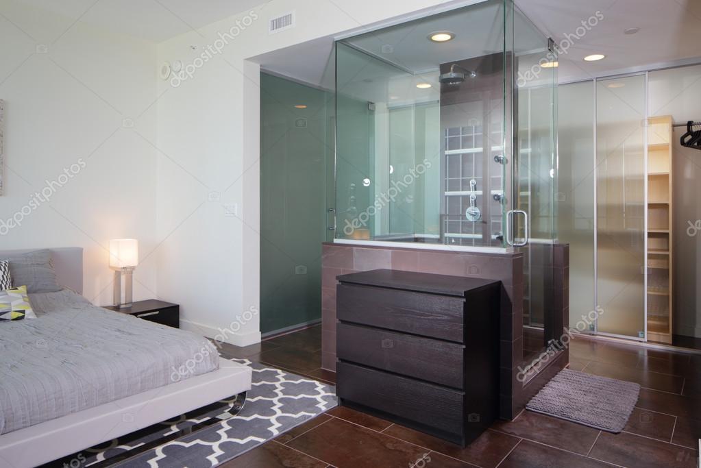 Moderna doccia adiacente alla camera da letto — Foto Stock © felixtm ...