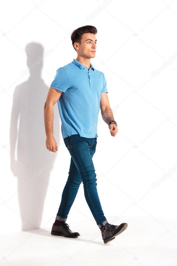 9a3052363a Confiante jovem casual em camisa polo e calça jeans curta — Fotografia de  Stock