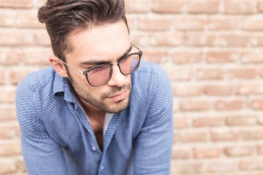 closeup picture of a young casual man with glasses