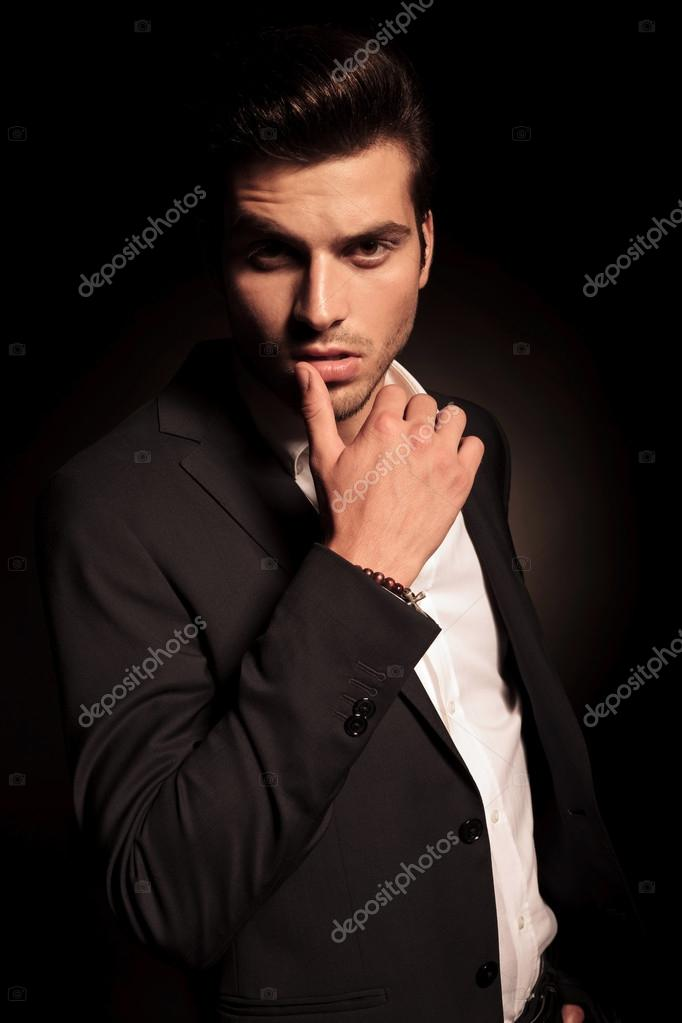 Posa provocante sexy di un uomo di moda giovane foto - Fotografia desnudo masculino ...