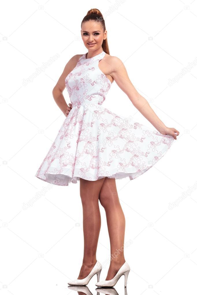 Junge elegante Frau trägt ein weißes Kleid — Stockfoto © feedough ...