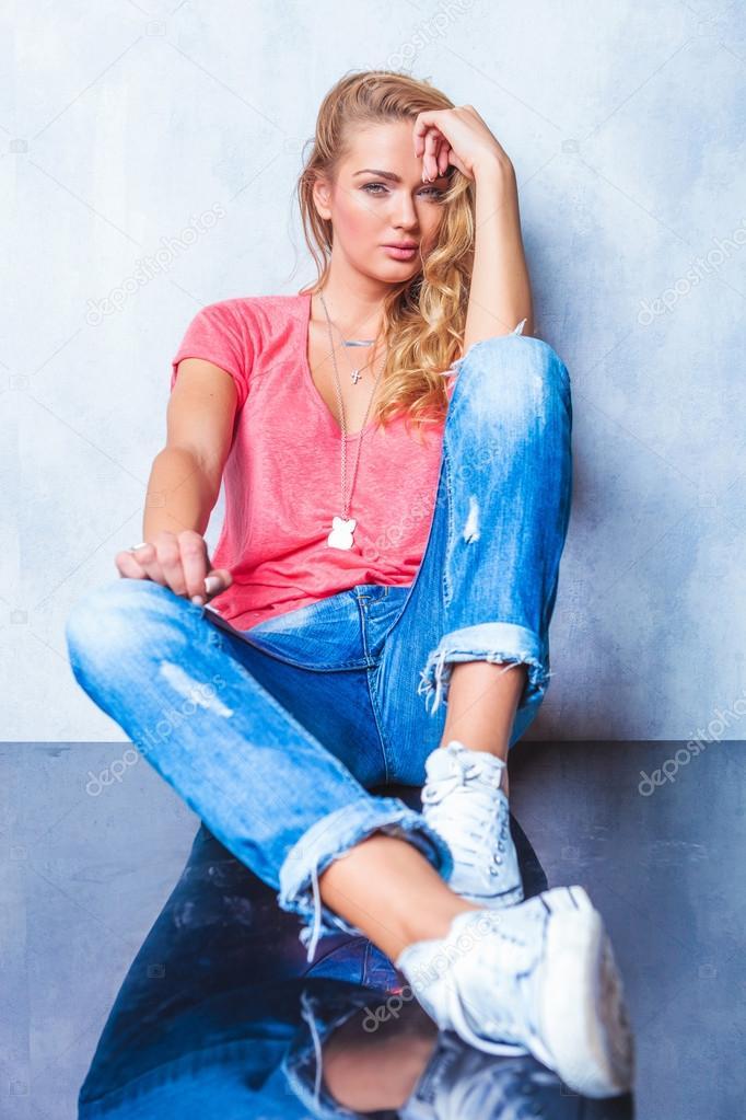 женщина сидит на полу и писает в джинсы видео - 1