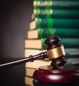 Martelletto del giudice davanti a un mucchio di libri di legge