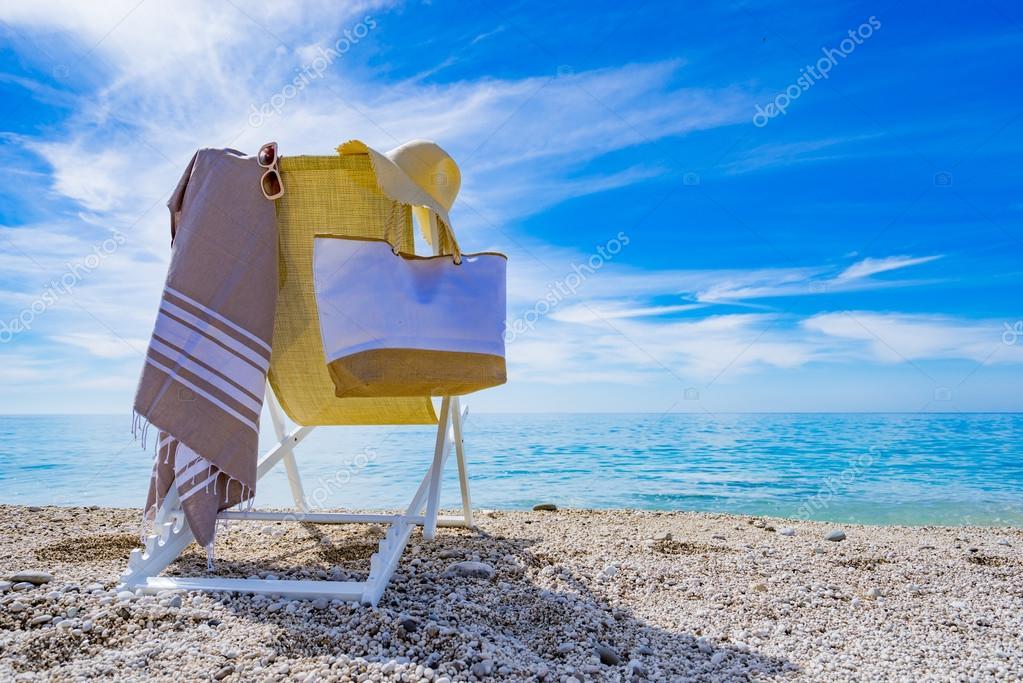 plage avec transat serviette sac chapeau photographie netfalls 123674928. Black Bedroom Furniture Sets. Home Design Ideas