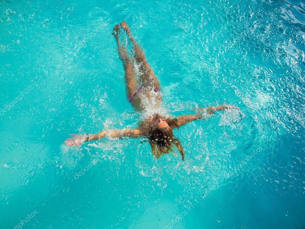 olympisches schwimmbad draufsicht junge frau in der schwimmbaddraufsicht foto von netfalls frau im schwimmbad stockfoto 58988513