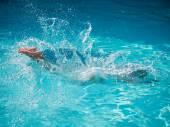 jeli čtvut žena na modrou vodou bazén