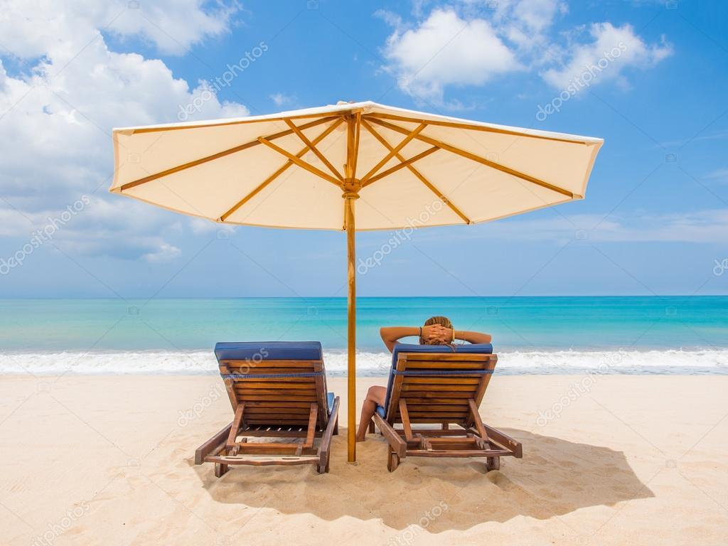 Relaxamento sofá cadeiras com guarda-sol na praia de areia branca —  Fotografia de Stock 67382e55d8