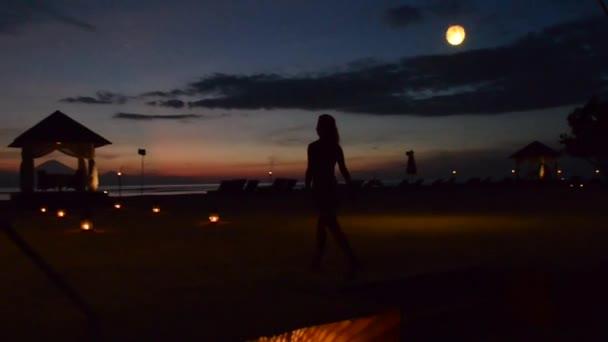 Mladá žena jde na večeři