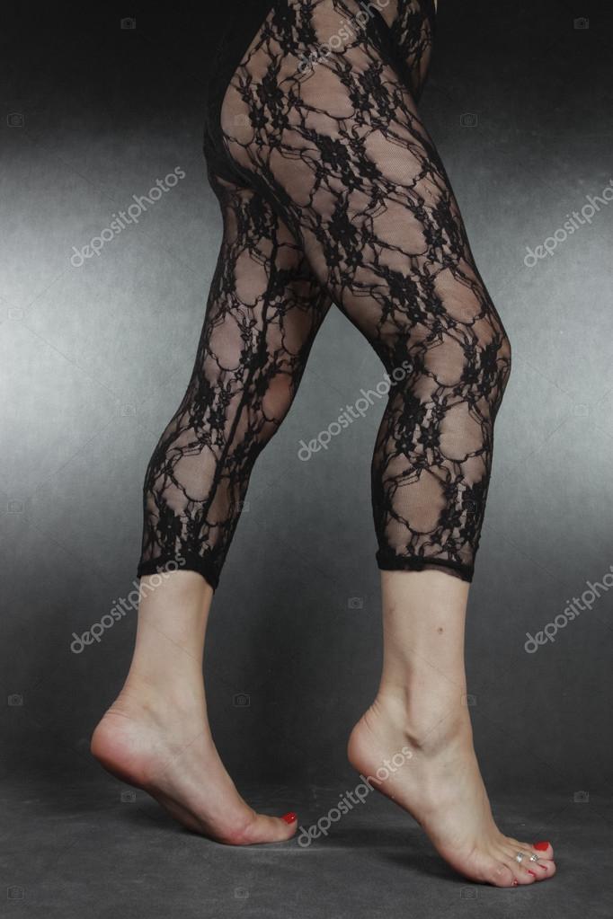 ffe9640ed87 γυναίκα τα πόδια, φορώντας μαύρο κολάν με δαντέλα πέρα από το γκρι ...