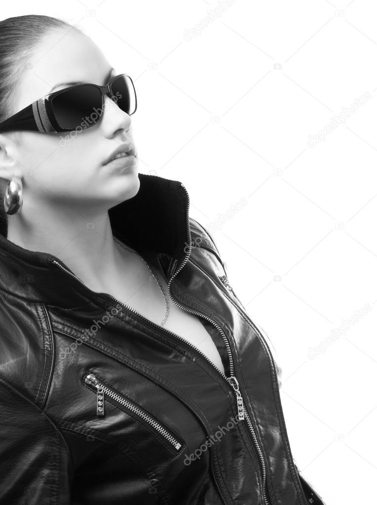 Фотография девчонка брюнетка в очках и черной куртке кожаной, садо мазо досуг москва