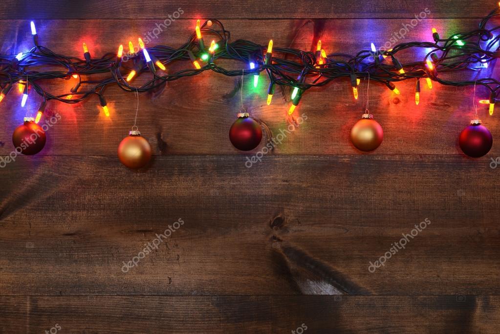 rode en gouden kerst ornamenten met verlichting stockfoto