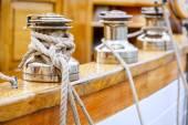 Fényképek Whinches egy hajón vonalakkal