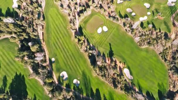 Golfpálya és a környező sziklák vörös