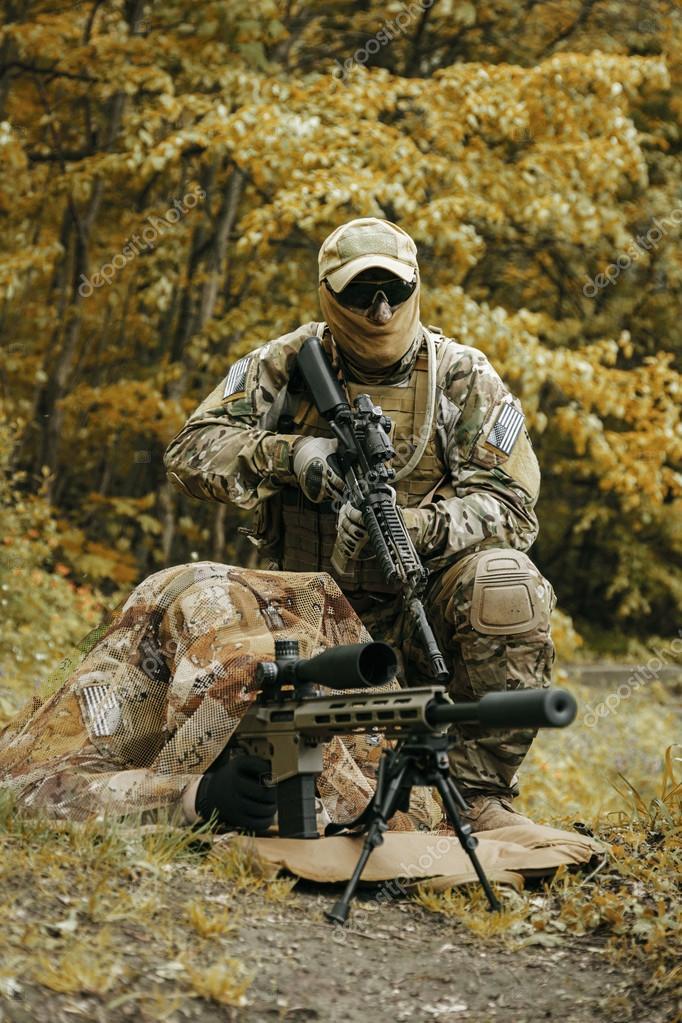 Sniper och spotter gröna baskrar oss Army Special Forces grupp i aktion —  Foto av zabelin c64822fff9b7d