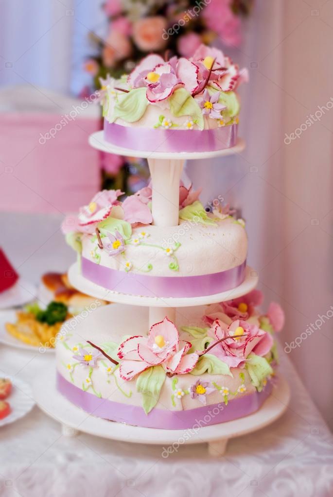 Hochzeitstorte Mit Blumen Und Bandern Stockfoto C Romaset 97269986