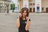 Asijská dívka poslechu hudby se sluchátky
