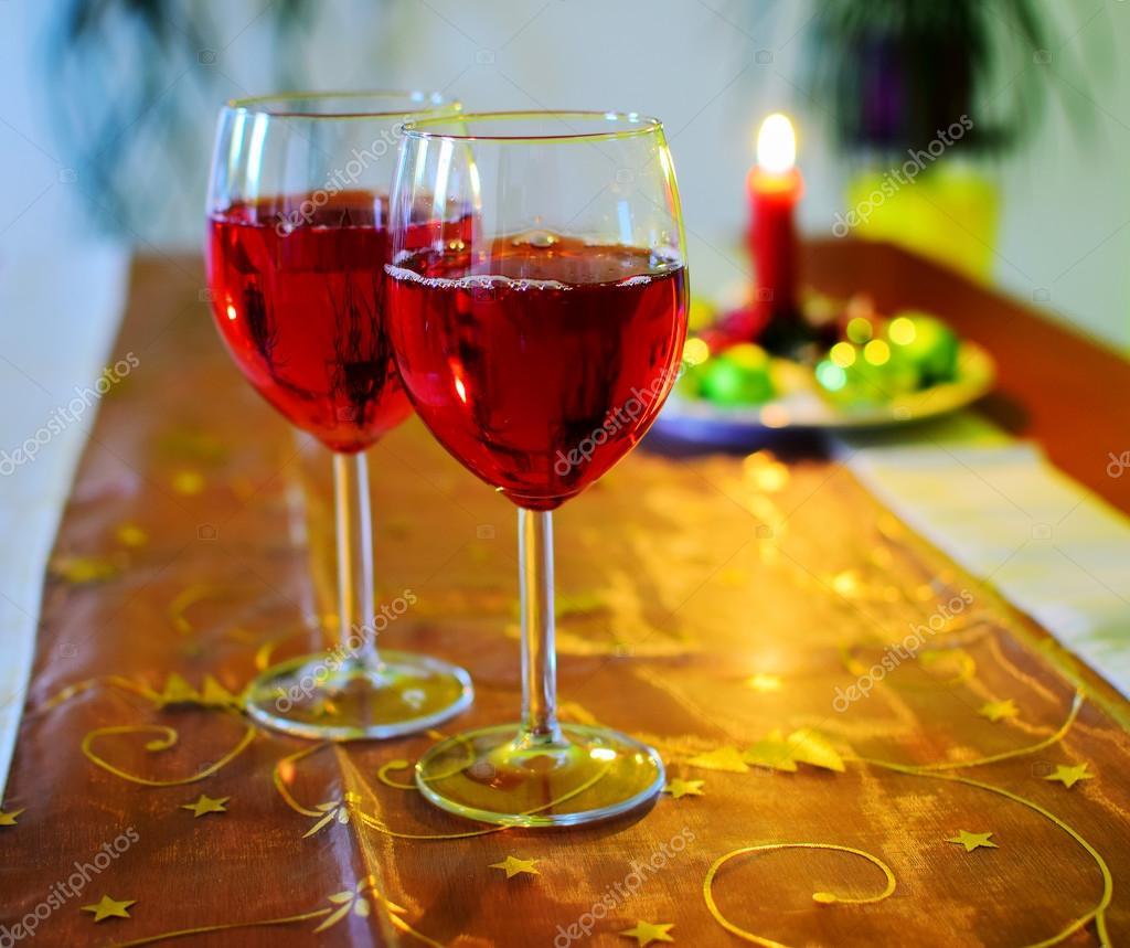 Weingläser Mit Roten Wein Und Weihnachten Dekoration Stockfoto X