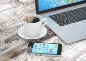 Fotografie laptop, smartphone a káva pohár