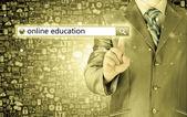 Online vzdělávání napsaný na virtuální obrazovky v panelu Hledat.
