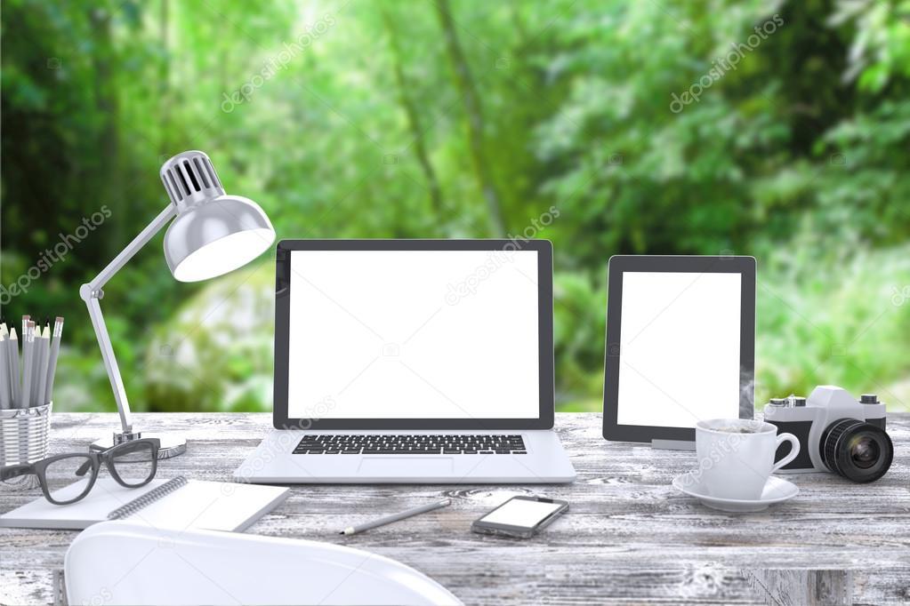 Tafel Voor Buiten : Laptop op tafel buiten u stockfoto merznatalia