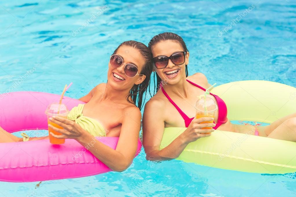 Девушки у бассейна — стоковое фото © georgerudy #122552348.