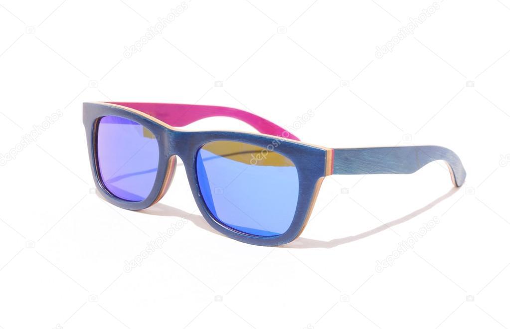 5788bae7b4 Ξύλινα γυαλιά ηλίου μπλε — Φωτογραφία Αρχείου © Ninelle  120285910