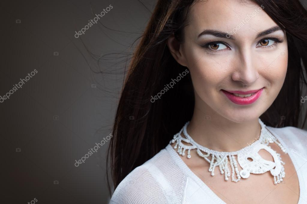 schönes mädchen mit dunklen haaren — Stockfoto © Genika  86688418 905d906874