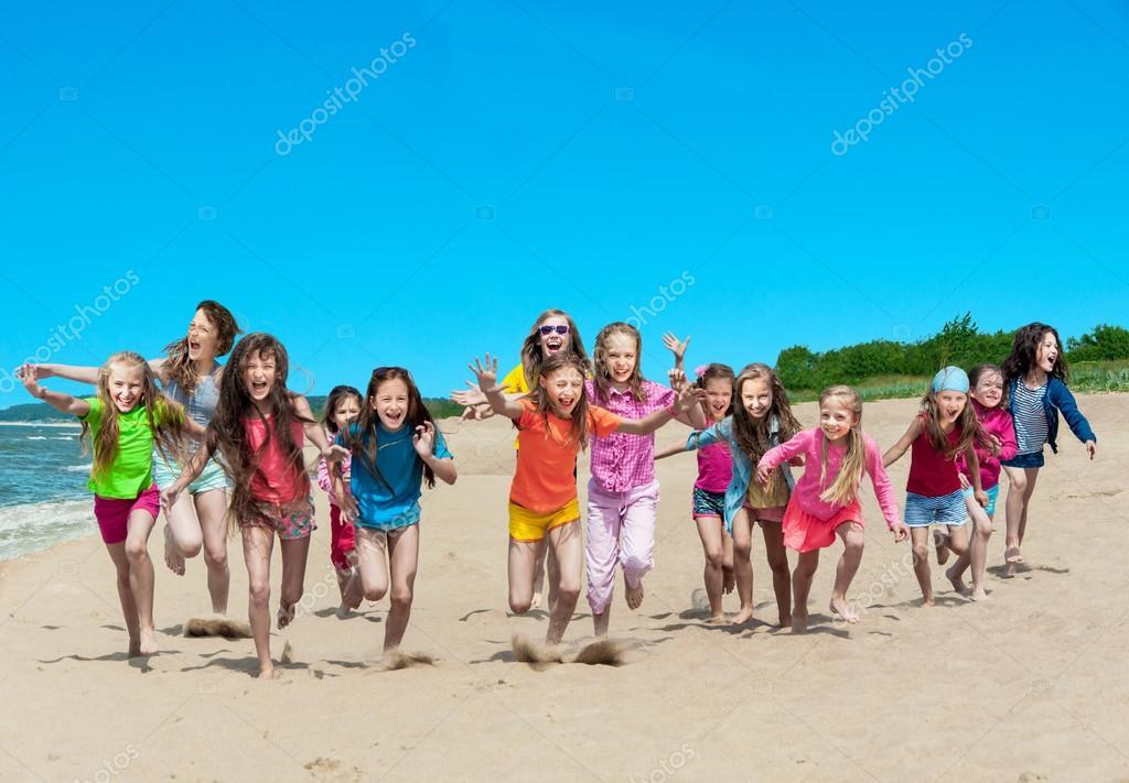 Enfants Heureux Qui Courent Sur La Plage