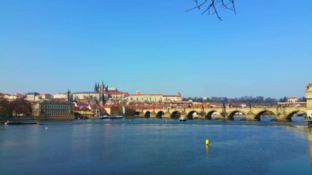pohled na Karlův most a Pražský hrad