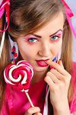 Krásná dívka s kreativní make-up s barevné lízátko