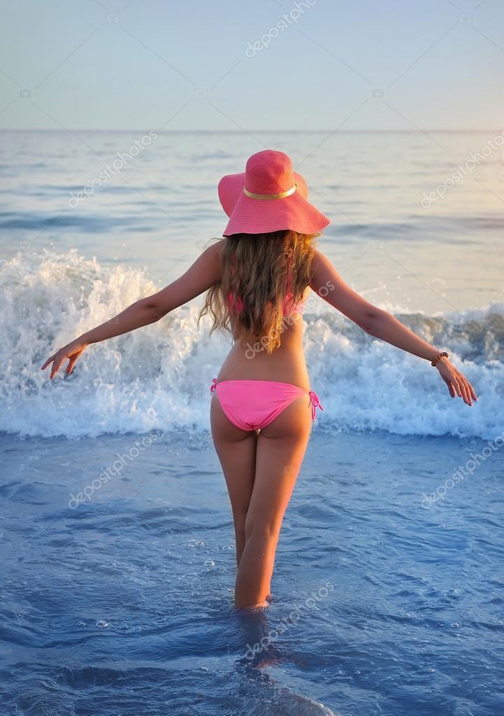 Красивое фото девушки на пляже вид сзади — 15