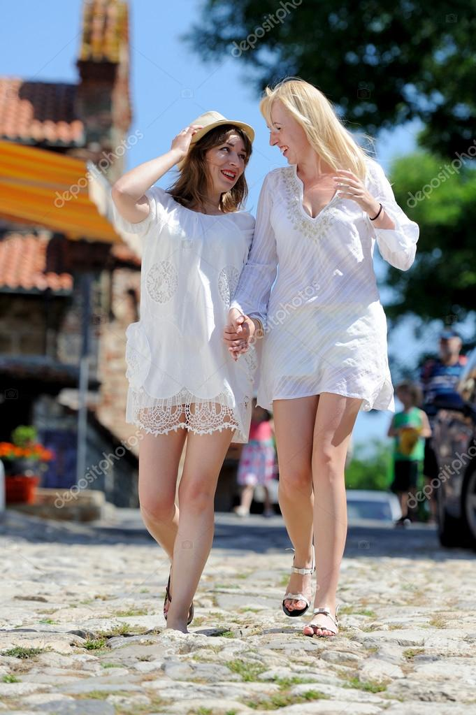 Девушки в белых платьях фото