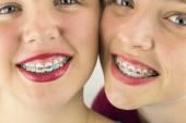 Nahaufnahme von zwei jungen Mädchen Faces
