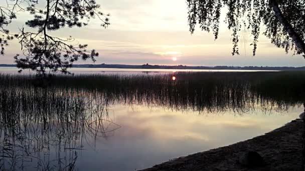 Východ slunce nad jezerem lesa. Časosběr