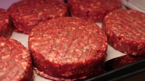Čerstvé hovězí na burgery v vitríně. Zpomal. Koncept čerstvých a přírodních produktů, ekologických produktů, masných výrobků, ekologických produktů, potravin