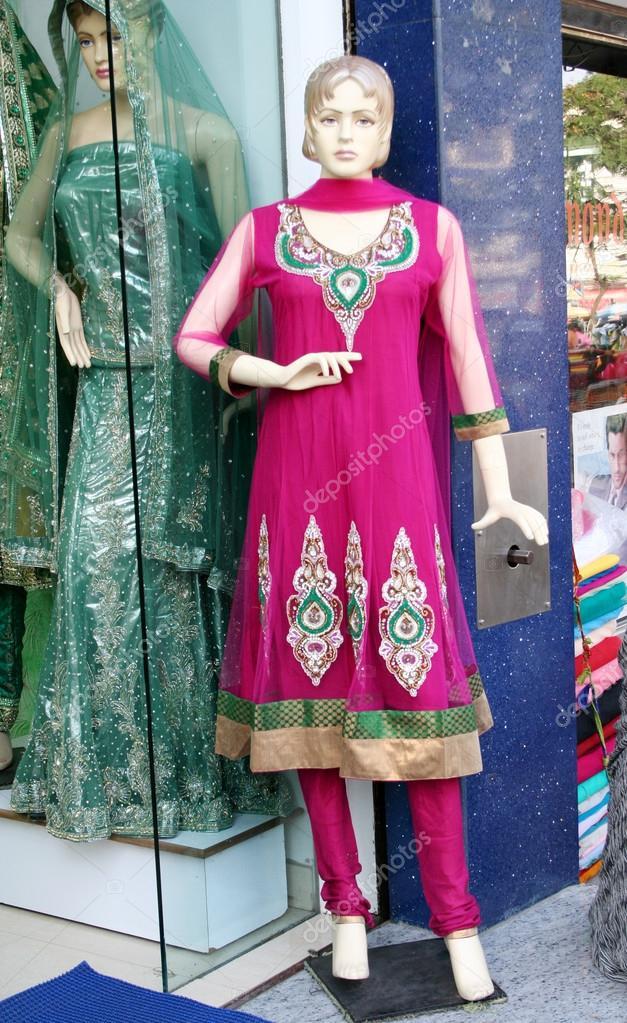 Maniquíes vestidos con el último vestido de moda India — Foto ...