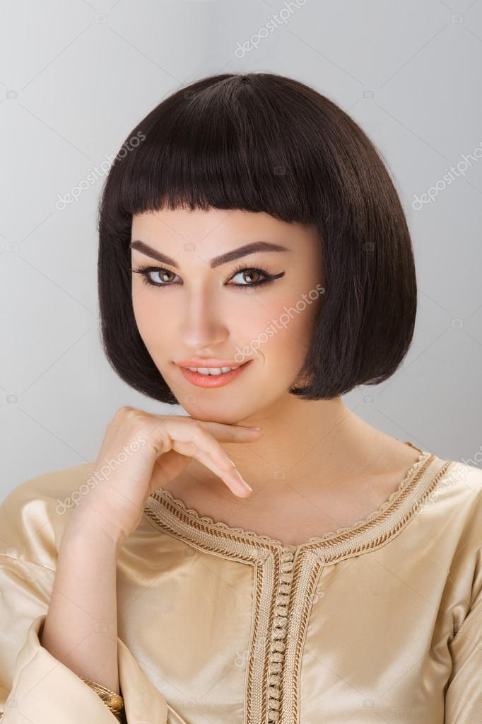Uśmiechnięte Dziewczyny Z Cleopatras Makijaż I Fryzura Pozowanie