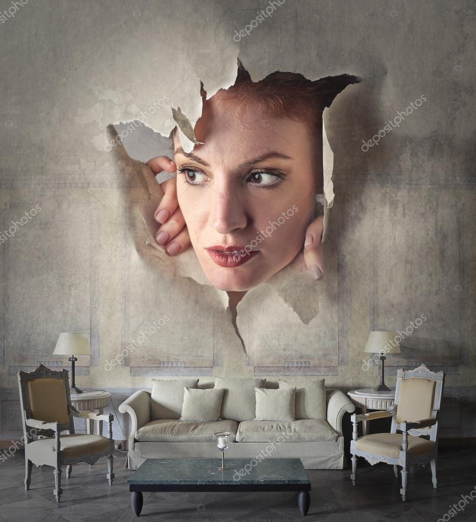 Donna che spia attraverso un muro — Foto Stock © olly18 ...